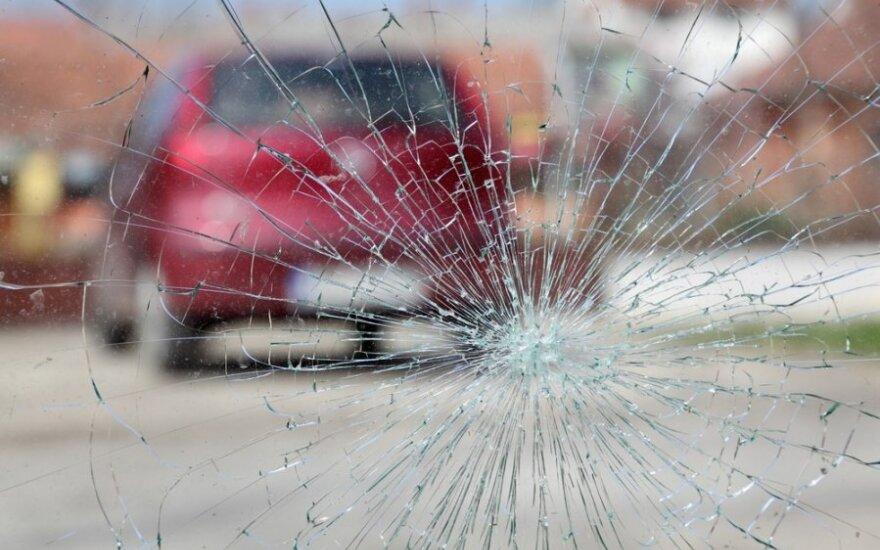 В Вильнюсе оторвавшаяся от автомобиля деталь выбила окно в здании