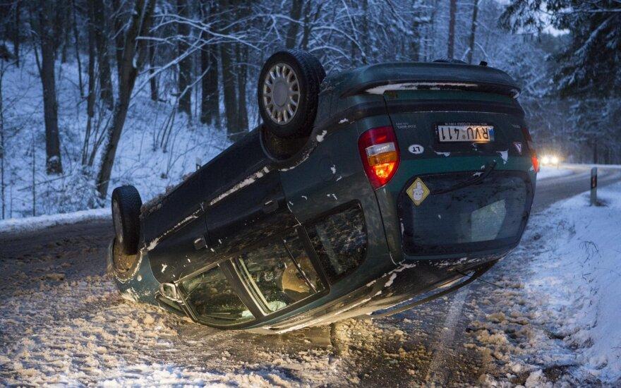 В Вильнюсе перевернулся автомобиль с женщиной и ребенком