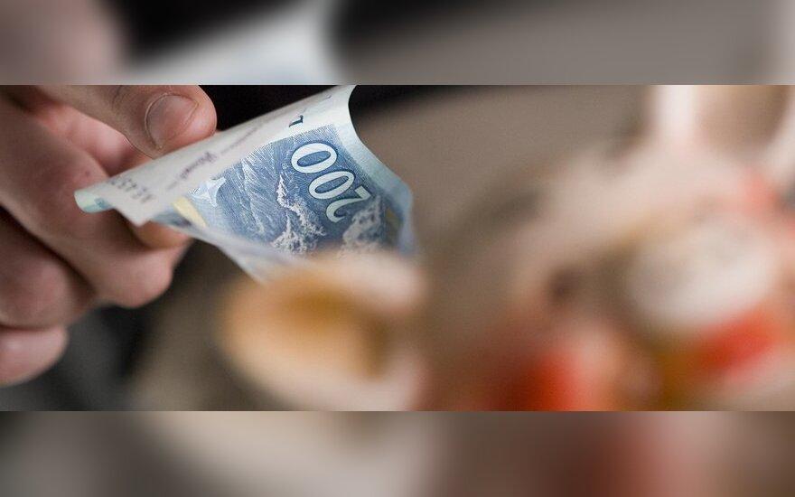 Тысячи служащих хотят восстановить зарплату