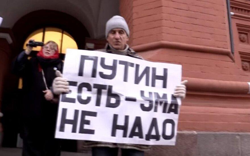 "ВИДЕО: на пожилого активиста напали за плакат ""Путин есть - ума не надо"""