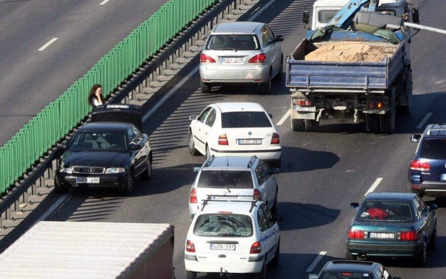 На улицы Литвы не может выехать миллион автомобилей