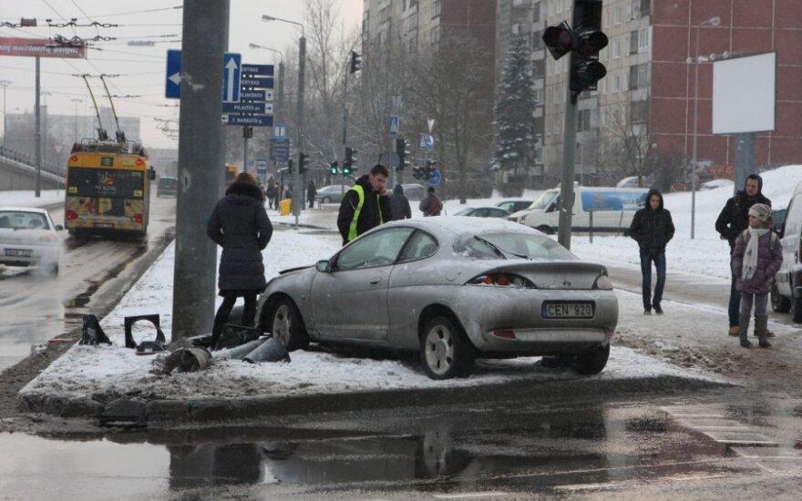 В Вильнюсе Ford Puma врезался в столб, в больнице оказался ребенок