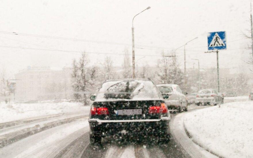 Снег не прекращается, условия движения сложные