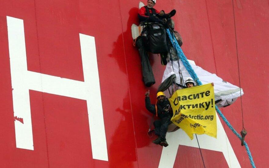 """""""Greenpeace"""" aktyvistai šturmavo Rusijos naftos platformą"""