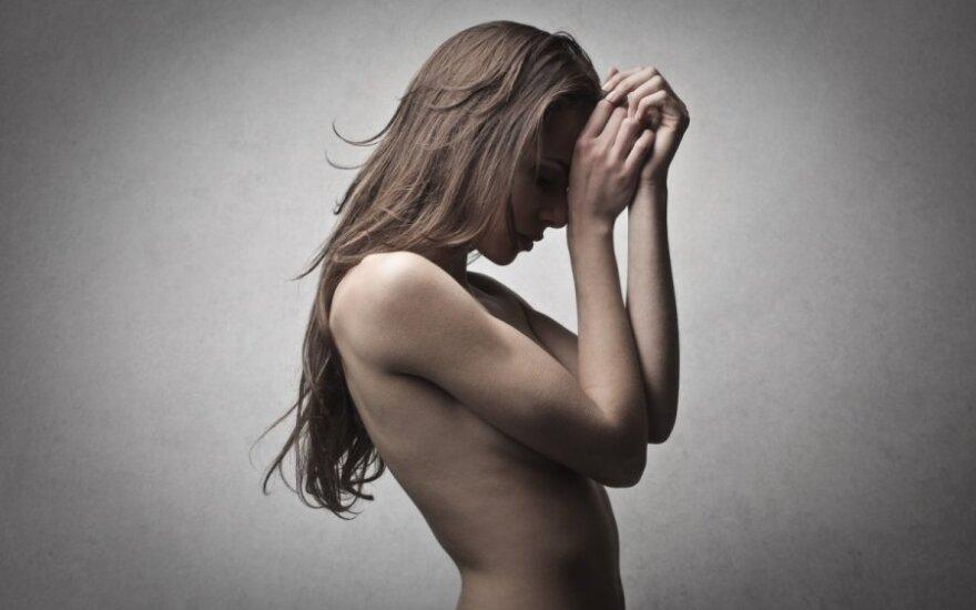 ВИДЕО: Обманутый муж заставил жену пройтись по улице голой