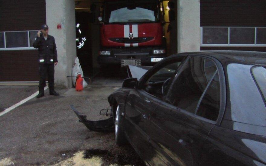 Пьяные жители Кретинги на Opel врезались в столб