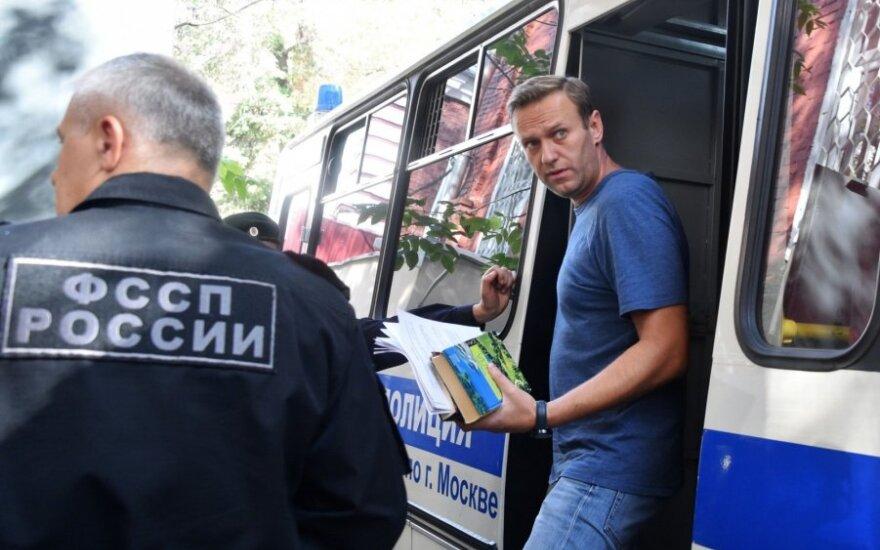 Aleksėjus Navalnas atvežtas į teismo salę
