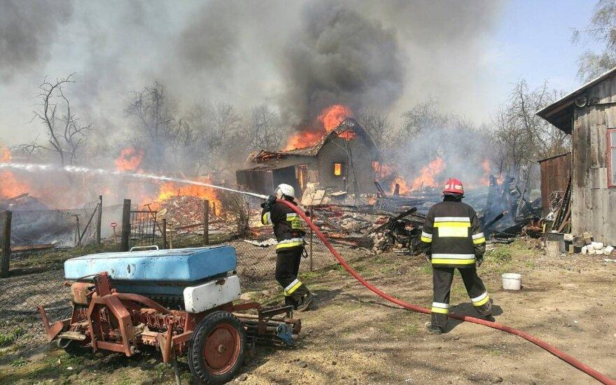 Didžiulės pajėgos kovojo su gaisru Šalčininkų rajone: sudegė 14 pastatų
