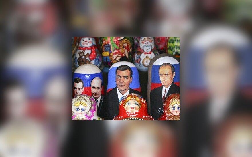 Dabartinio Rusijos prezidento Vladimiro Putino ir jo remiamo kandidato į šalies vadovo postą Dmitrijaus Medvedevo atvaizdai puikuojasi ant matrioškų. Sekmadienį Rusijoje vyks rinkimai į prezidento postą.