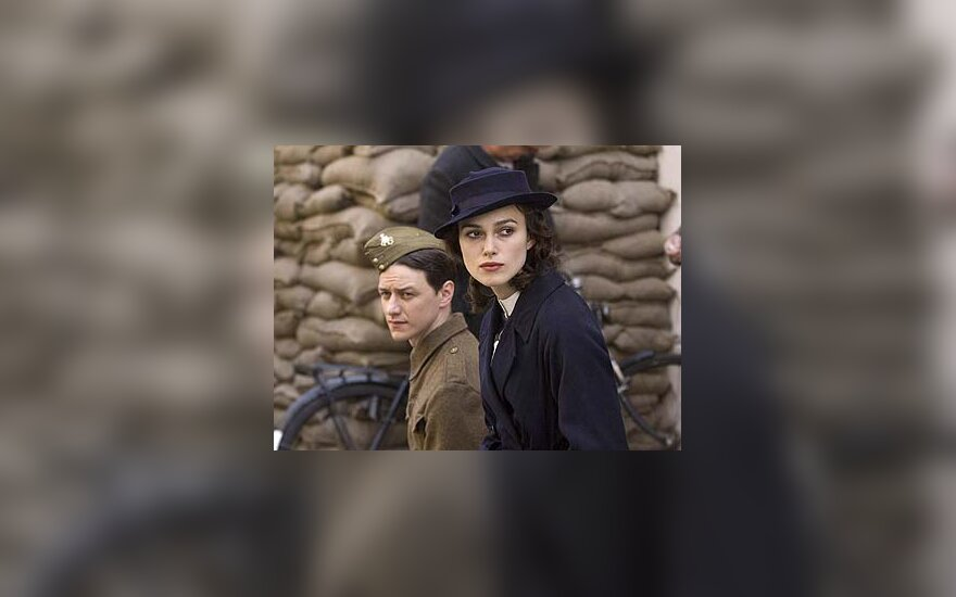 """Keira Knightley  (dešinėje) filme """"Atpirkimas"""""""