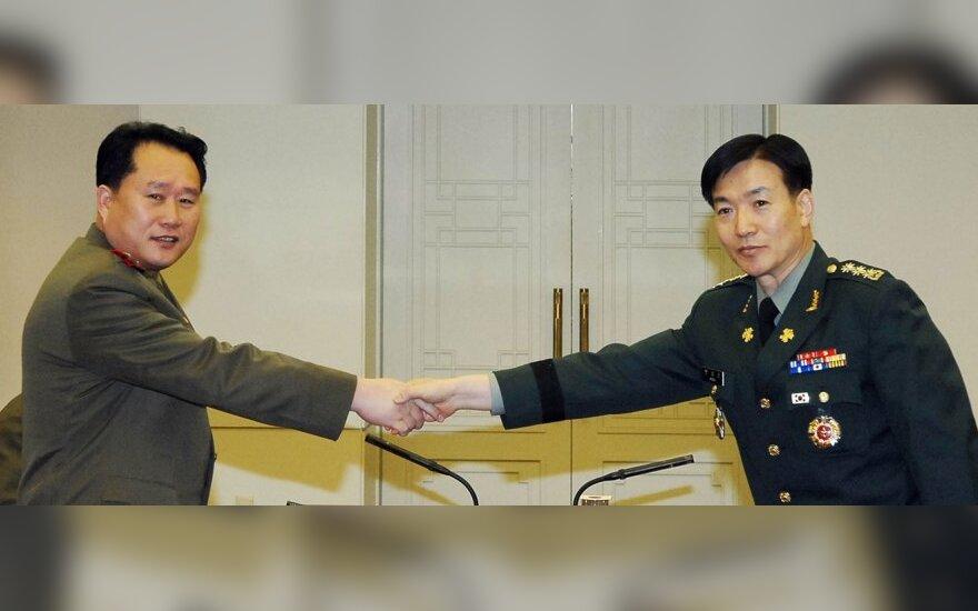 Šiaurės Korėjos pulkininkas Ri Son-Kwonas ir Pietų Korėjos pulkininkas Moonas Sang-Gyunas