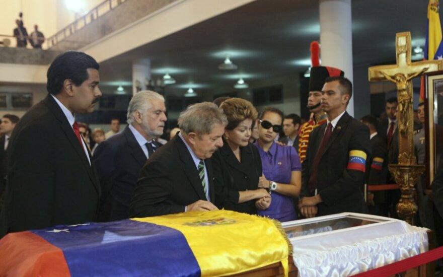 Похороны Чавеса отложены на неделю: тело забальзамируют