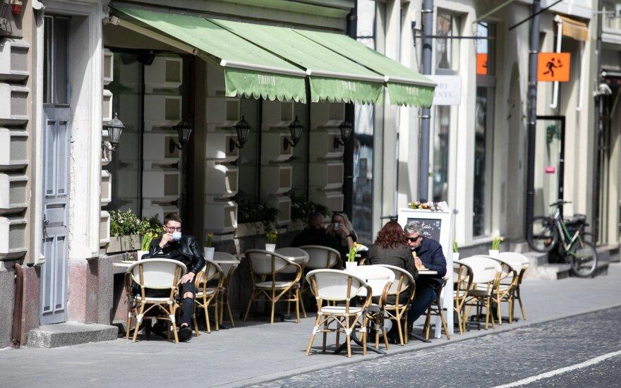 В Литве открылись уличные кафе, но людей в них мало: многим еще не выгодно открываться