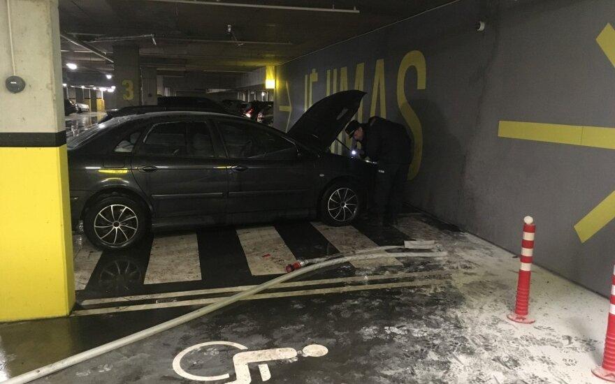 На подземной стоянке Каунасского автовокзала горел автомобиль