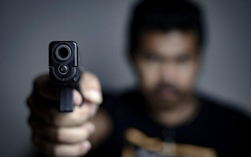 Vyras laiko ginklą - asociatyvi nuotr.