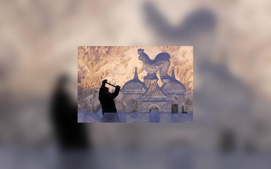 Menininkas skaptuoja skulptūrą iš ledo