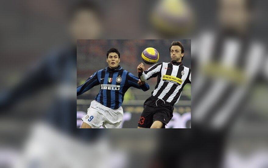 "Julio Cruzas (""Inter"") kovoja su Nicola Legrottaglie (""Juventus"")"