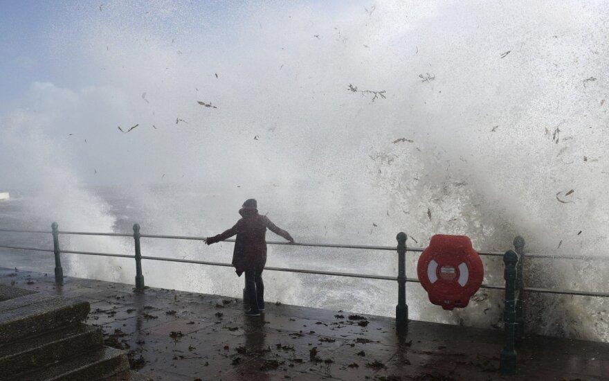 """На Ирландию и Британию обрушился ураган """"Офелия"""": есть жертвы"""