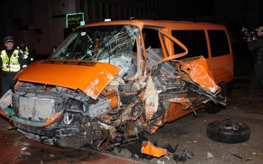 Ночью в Вильнюсе автомобиль сбил пешехода и врезался в столб
