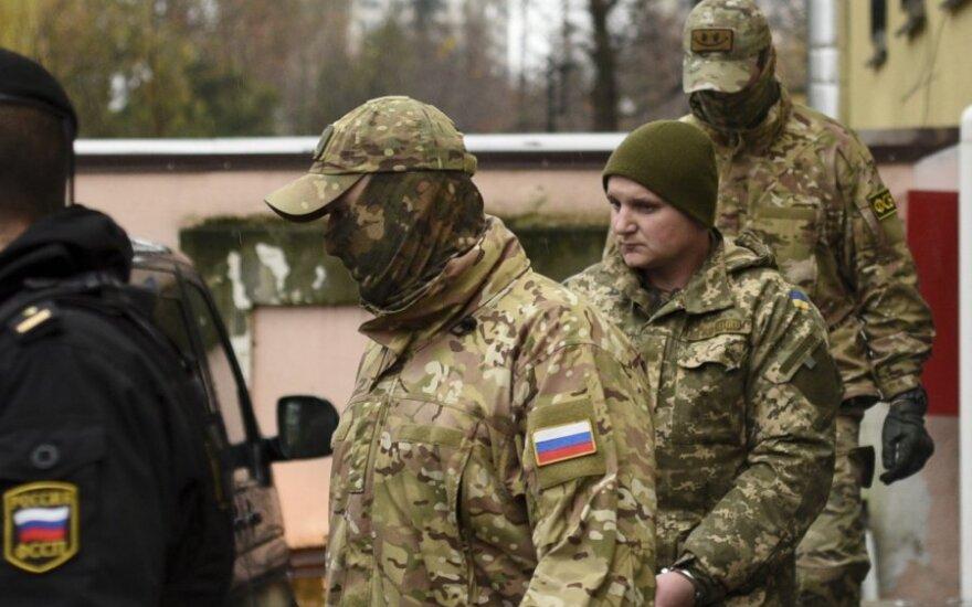 Sulaikytą Ukrainos jūreivį lydį rusų saugumo darbuotojai