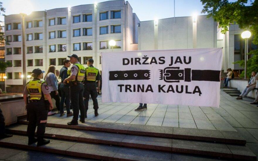 Протестующие у здания правительства не спешат убирать палатки