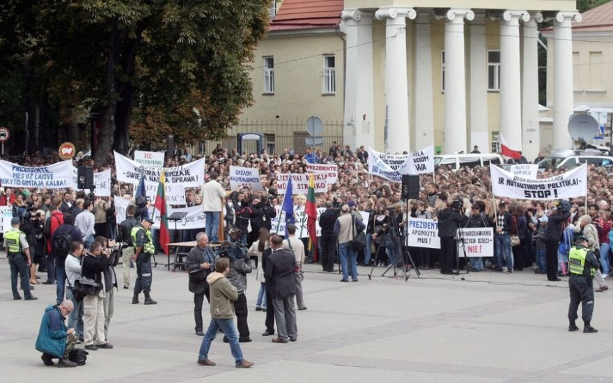 Часть учеников вместо уроков выбрала протест у президентского дворца