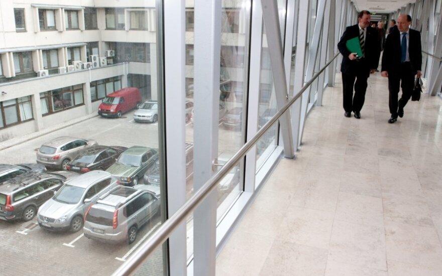 Заканчивающие работу депутаты торопятся ремонтировать автомобили за государственные деньги