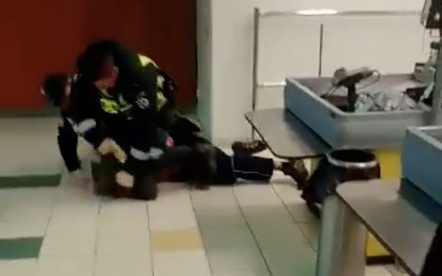Шокирующее видео в социальной сети: полицейский электрошокером бил задержанного по голове
