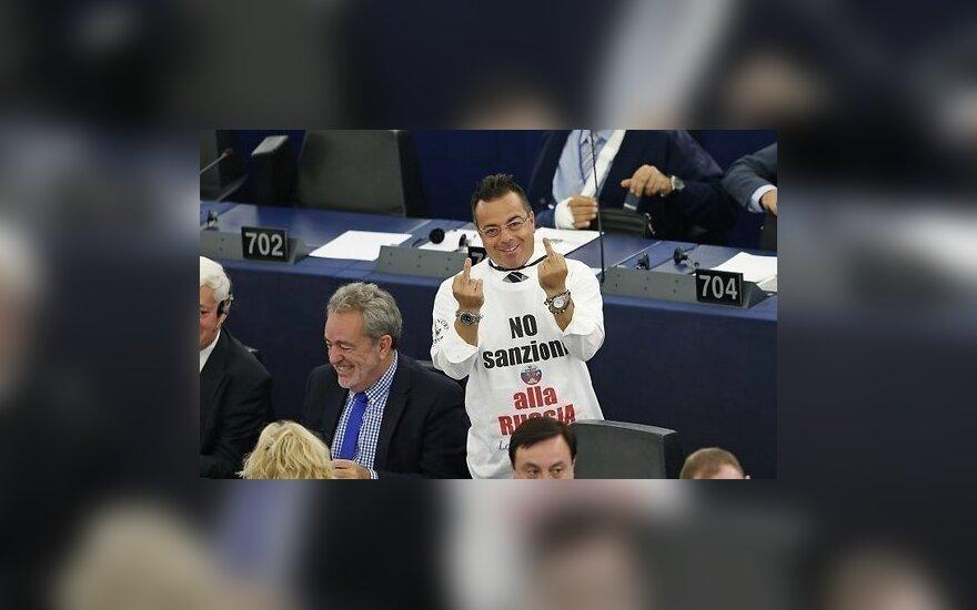 Депутат Европарламента оштрафован за футболку с Меркель в образе Гитлера