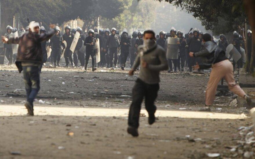 Egipte policija protestuotojus ramino dujomis ir šratais