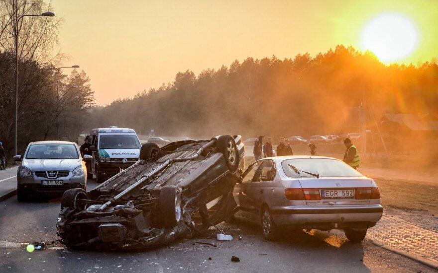 Неопытный водитель врезался в три автомобиля