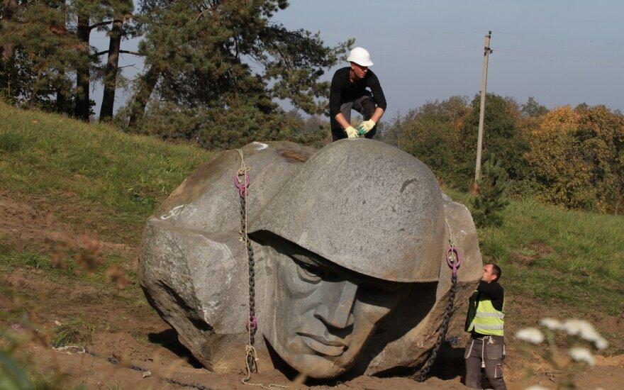 В Литве демонтировали скульптуру советского солдата и увезли ее в Грутский парк