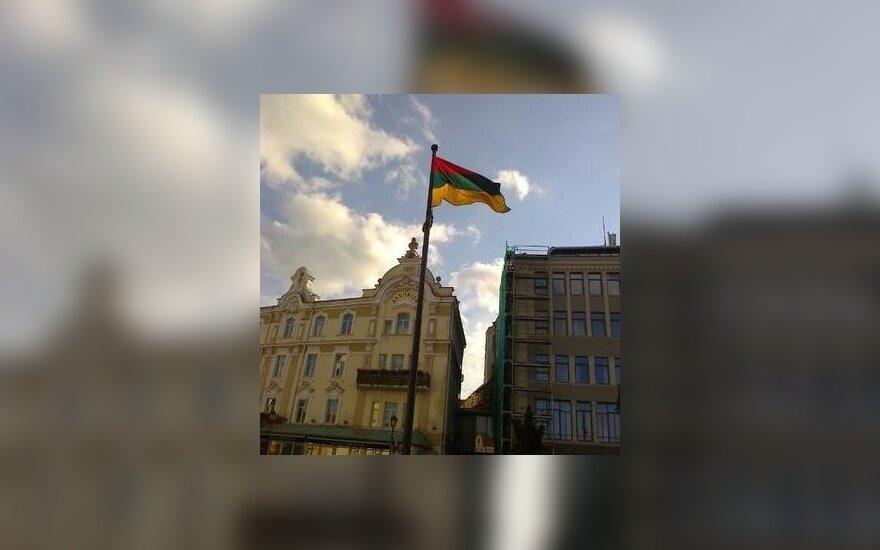 На Ратушной площади столицы - перевернутый литовский флаг