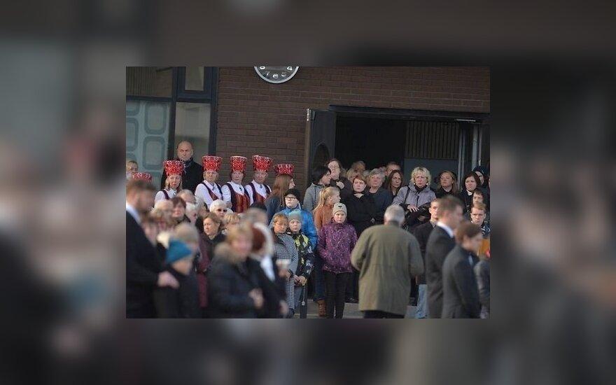 В эстонском Вильянди попрощались с погибшей в школе учительницей