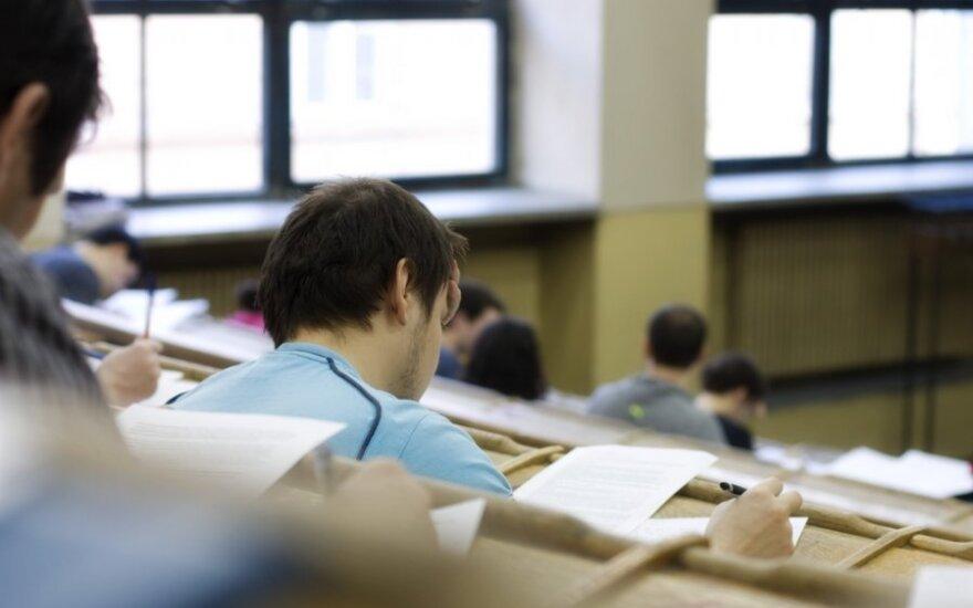 Paklausių profesijų specialistų trūksta, o tų profesijų, su kuriomis sunkiau rasti darbą, studijos populiariausios