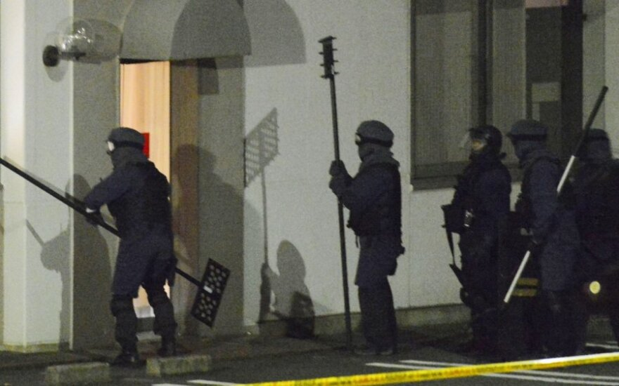 Japonijos policija įsiveržė į banką ir areštavo įkaitų pagrobėją