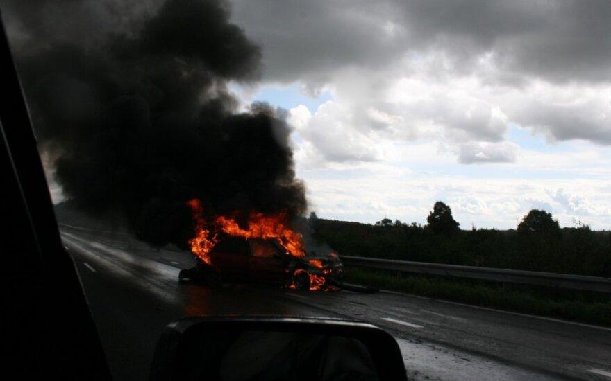 We Francji w noc sylwestrową spalono ponad tysiąc samochodów