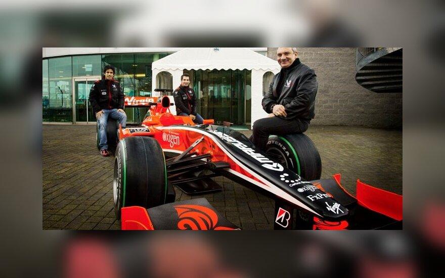 """Lucas di Grassi, Timo Glockas ir Nikolajus Fomenko  (""""Marussia Motors"""") prezidentas prie F-1 """"Virgin Racing"""" automobilio"""
