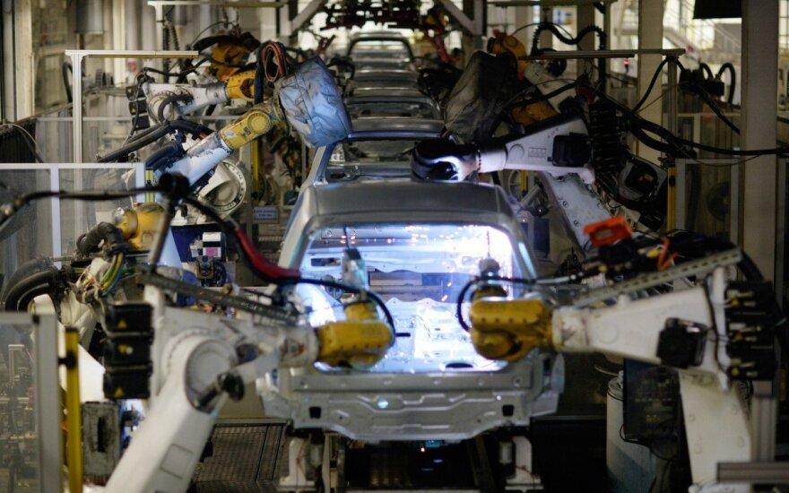 """Automobilių surinkimo robotai dirba """"Volkswagen"""" gamykloje"""
