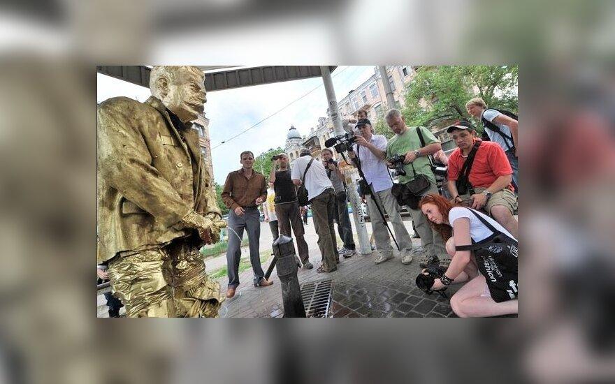 """В Киеве установили памятник """"писающему"""" Сталину"""