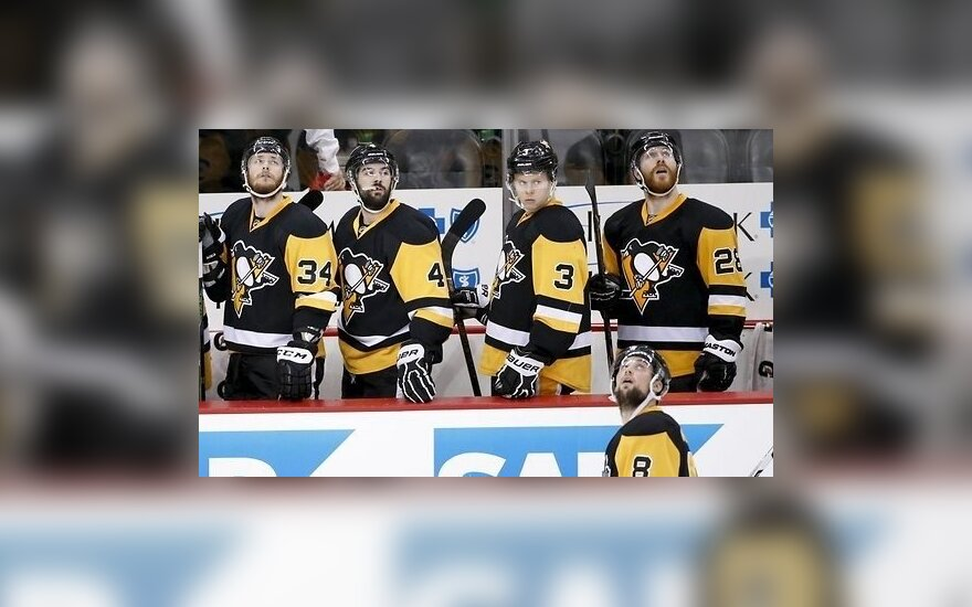 """Хоккеист """"Питтсбурга"""" спас тренера от летящей шайбы"""