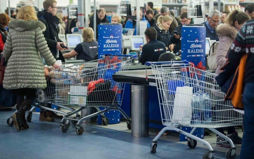 Покупатели сметают товары в закрывающемся магазине Maxima в ТЦ Akropolis