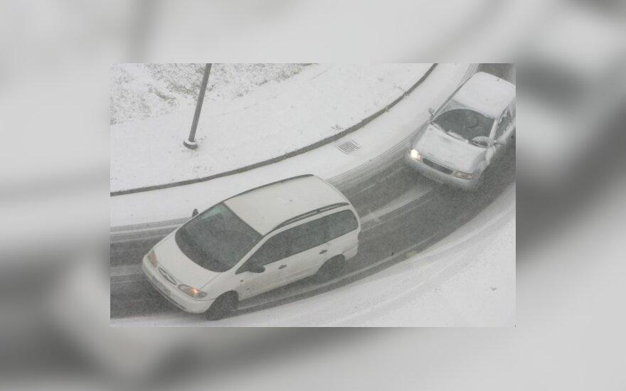Снегопад нарушил движение в Паневежисе