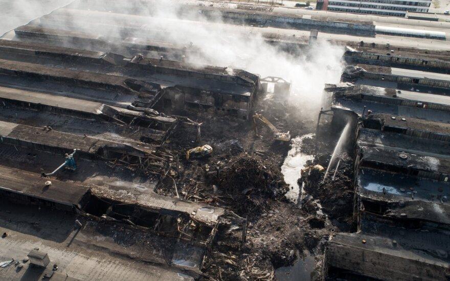 С места пожара в Алитусе планируется начать вывоз опасных отходов