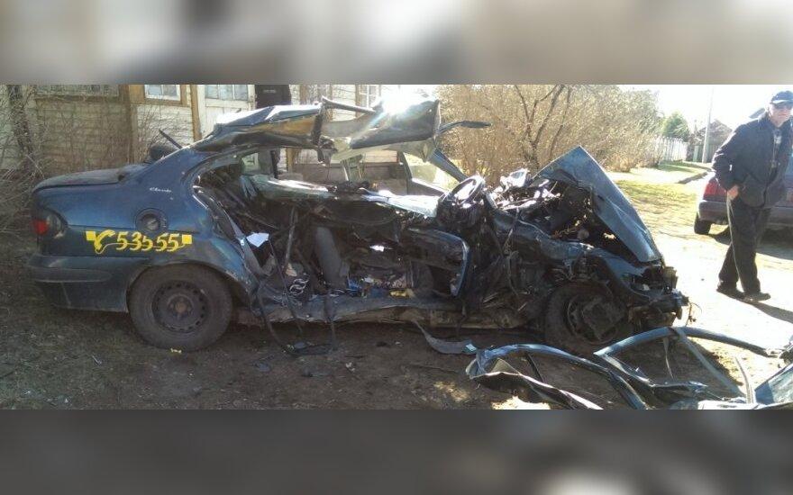 В Утене Audi столкнулся с такси, погибли трое человек