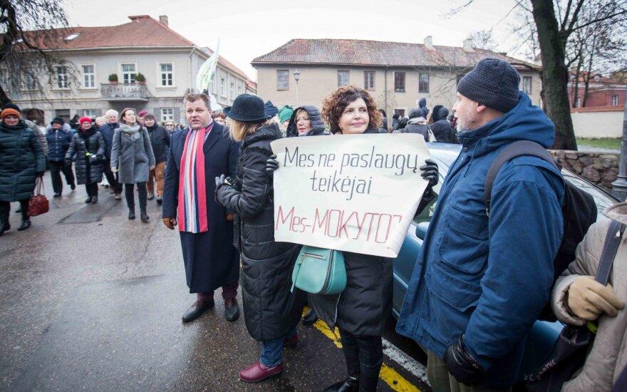 Бастующим литовским учителям оказывают и финансовую помощь
