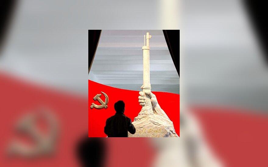 Kinas apžiūri Kinijos Komunistų partijos organizuotą parodą Pekine.