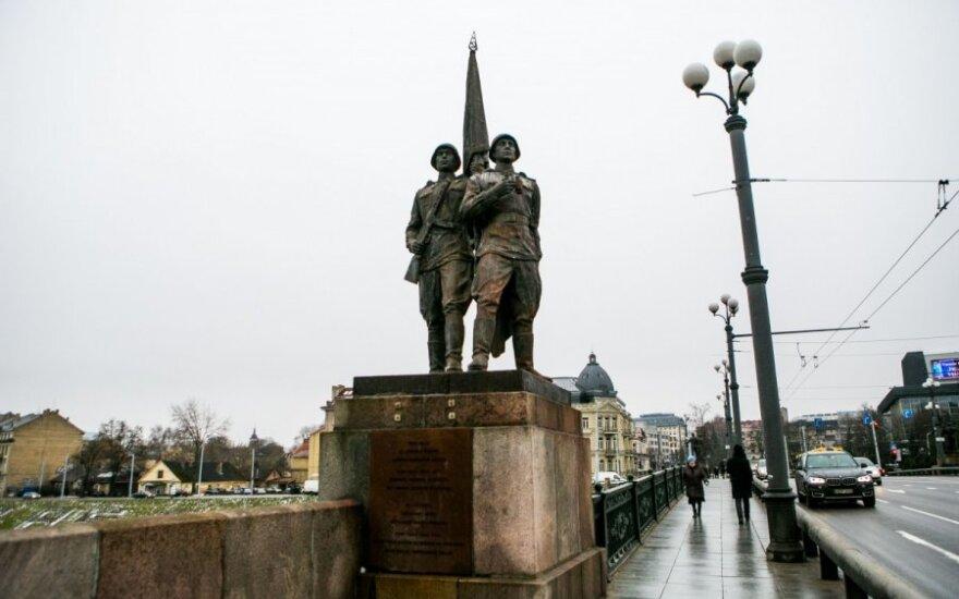 Sowieckie rzeźby muszą zostać na moście, ale zdjąć je można