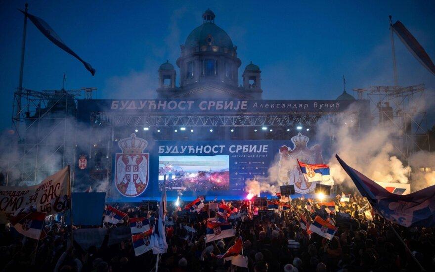 Belgrade tūkstančiai žmonių išėjo į gatves palaikyti Serbijos prezidento A. Vučičiaus