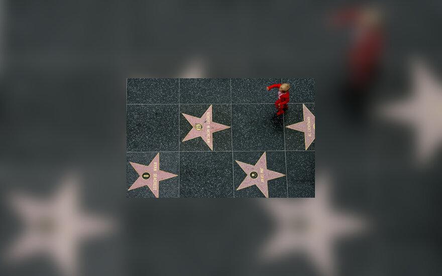 Berniukas bėga per Holivudo Šlovės alėją